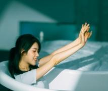 浴缸中的少女