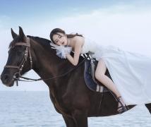 海边骑马拍照不用去三亚 马背上的美女